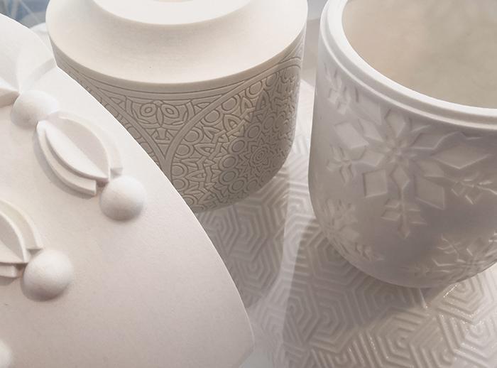 Valkoisia 3D-tulostettuja keramiikkaesineitä.