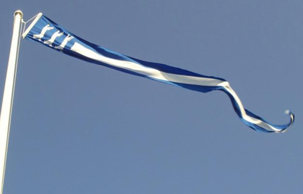 Etelä-Pohjanmaan maakuntaviiri liehuu lipputangossa.