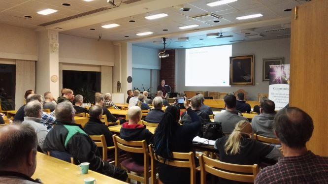 Yleisöä Co2mmunity-hankkeen järjesteämässä aurinkoenergiaillassa.