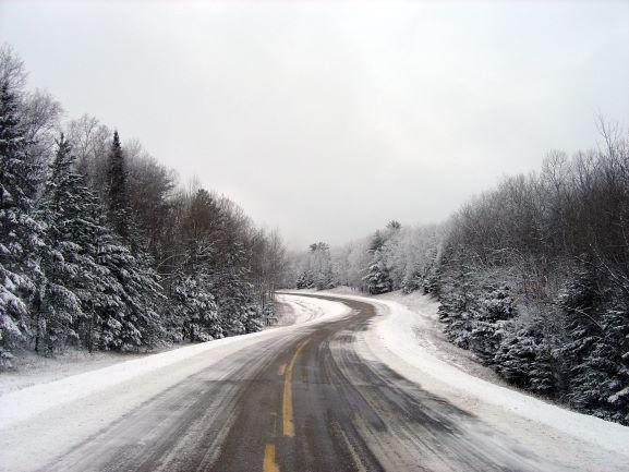 Talvinen autotie.