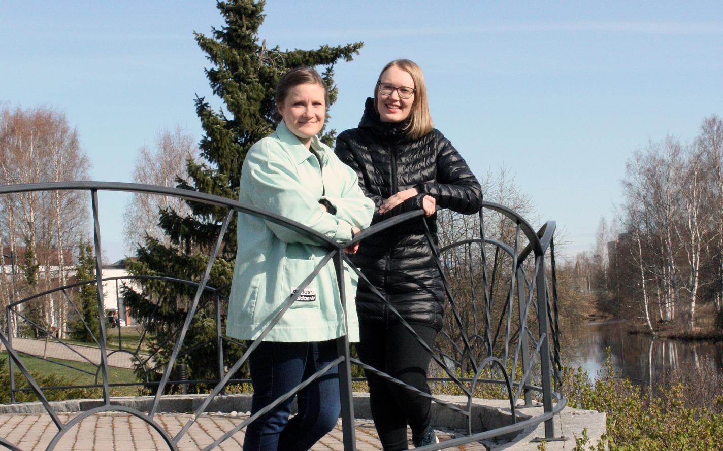 Hanna Meriläinen ja Iris Aarola nojaavat kaiteeseen.