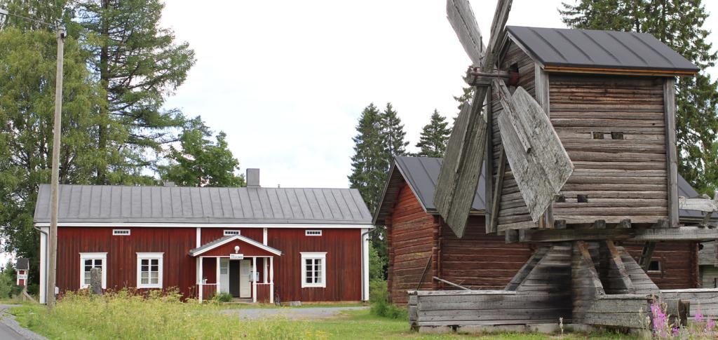 Kuvassa Ähtärin kotiseutumuseon alueella sijaitsevia taloja sekä vanhan ajan tuulimylly.