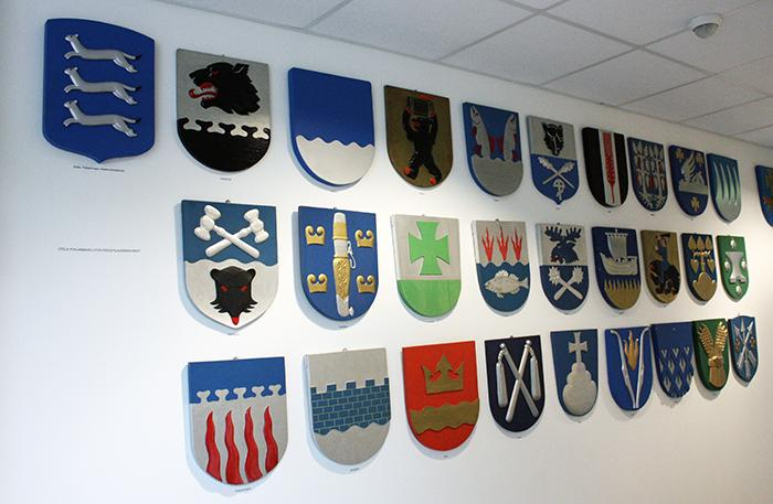 Etelä-Pohjanmaan maakunnan ja sen jäsenkuntien vaakunat seinällä.